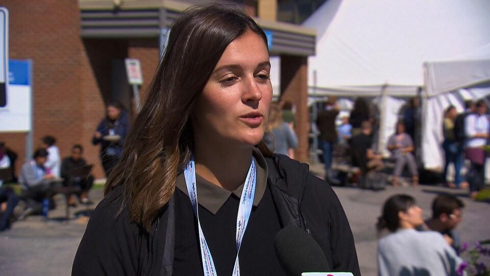 Marie-Laurence Dionne répond aux questions d'une journaliste.