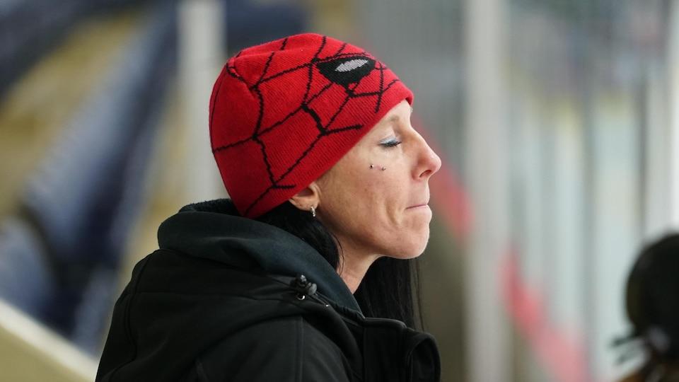Marie Lemay sous sa tuque à l'effigie de Spider Man, les yeux fermés et les lèvres serrées affiche une mine affligée alors que son équipe écope d'une mauvaise punition.