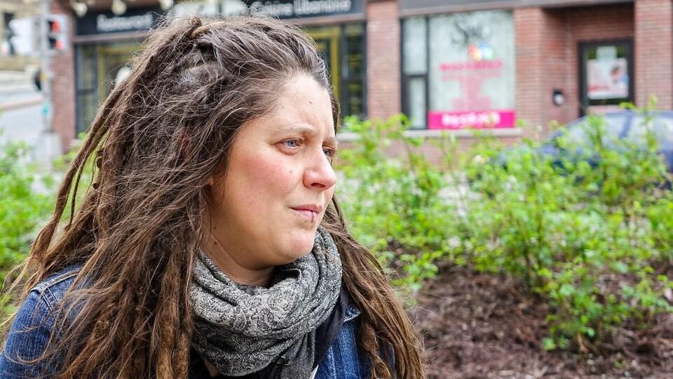 Marie-Michèle Whitlock, intervenante au CALACS Agression Estrie en entrevue près d'un salon de massage érotique à Sherbrooke