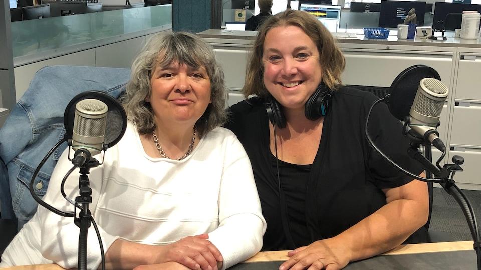 Deux femmes dans un studio de radio.