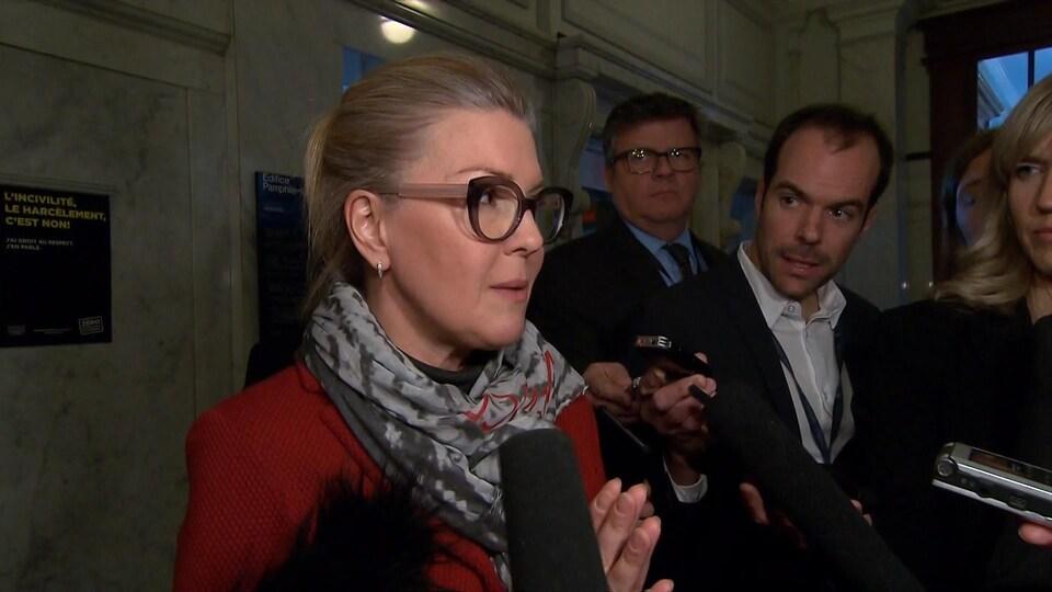 MarieChantal Chassé répond aux questions de journalistes à l'Assemblée nationale.