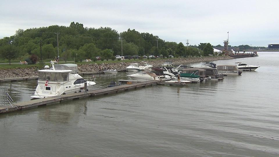 Photos de bateaux accostés à la marina.