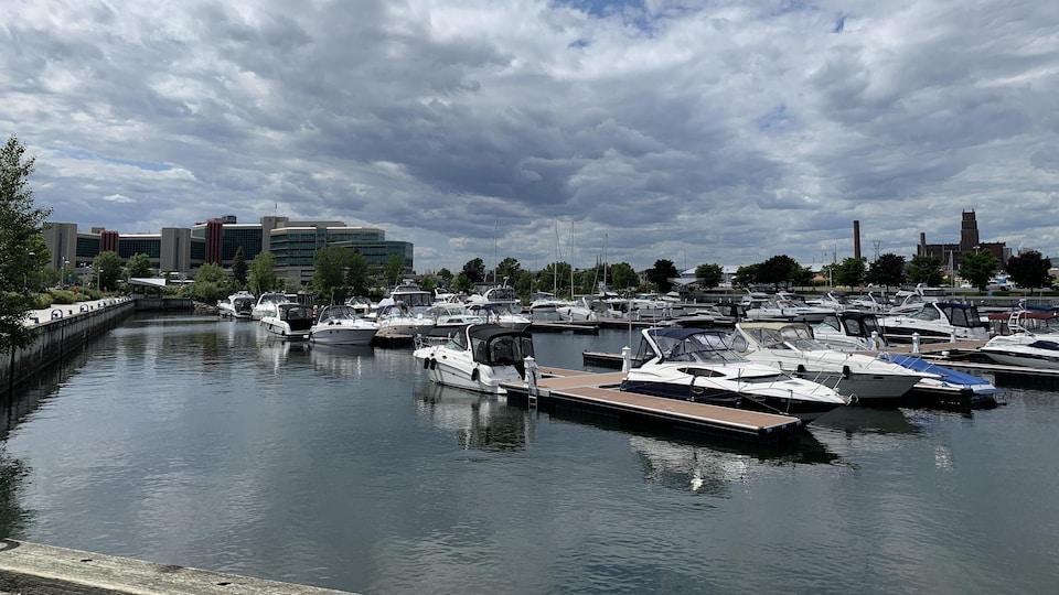Des bateaux à la marina du port de Québec.