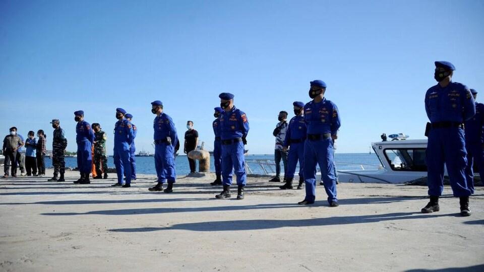 Ils sont sur le quai d'un port.