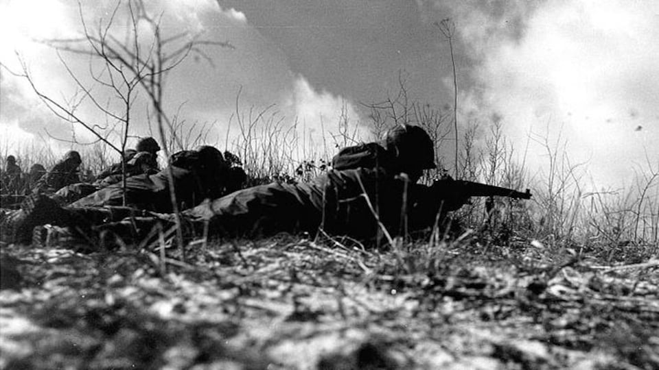 Des soldats armés en position de tir