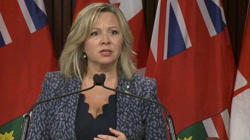 Marit Stiles s'exprime au micro du studio des médias de l'assemblée législative de l'Ontario.