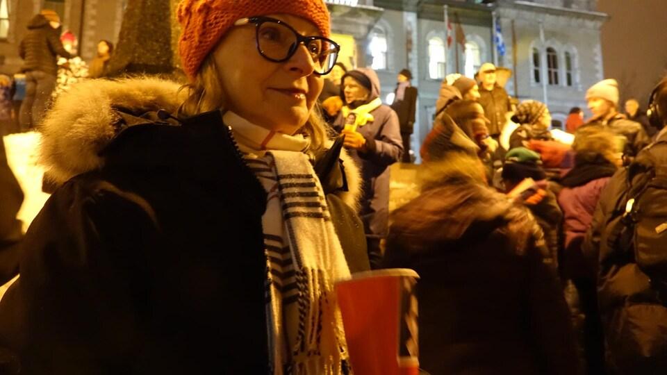 Marithé Beaulin, lors de la 100e vigile pour Raif Badawi à Sherbrooke