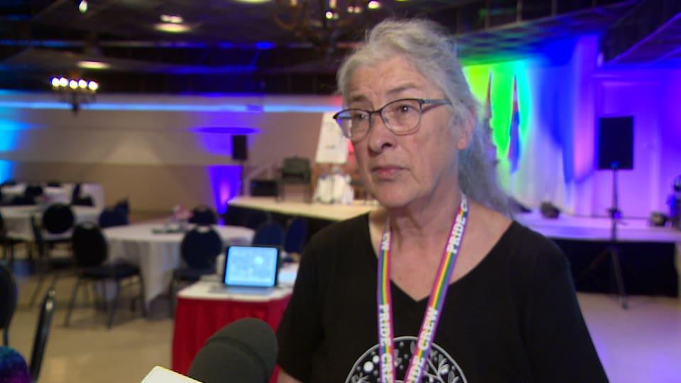 La cinéaste Marjorie Beaucage, répond aux questions du journaliste.