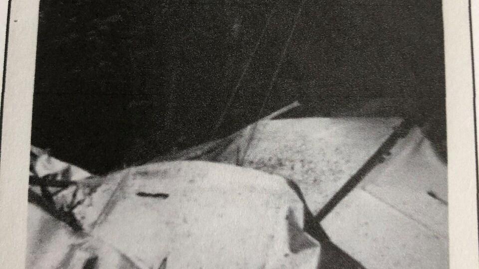 Une photo en noir et blanc de la carcasse de l'avion.