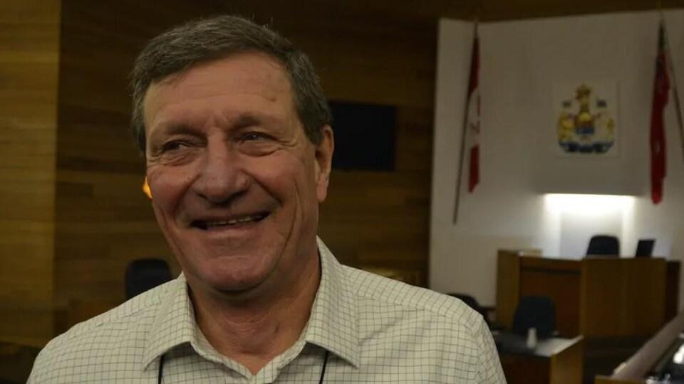 Mark King dans la salle du conseil municipal à North Bay.