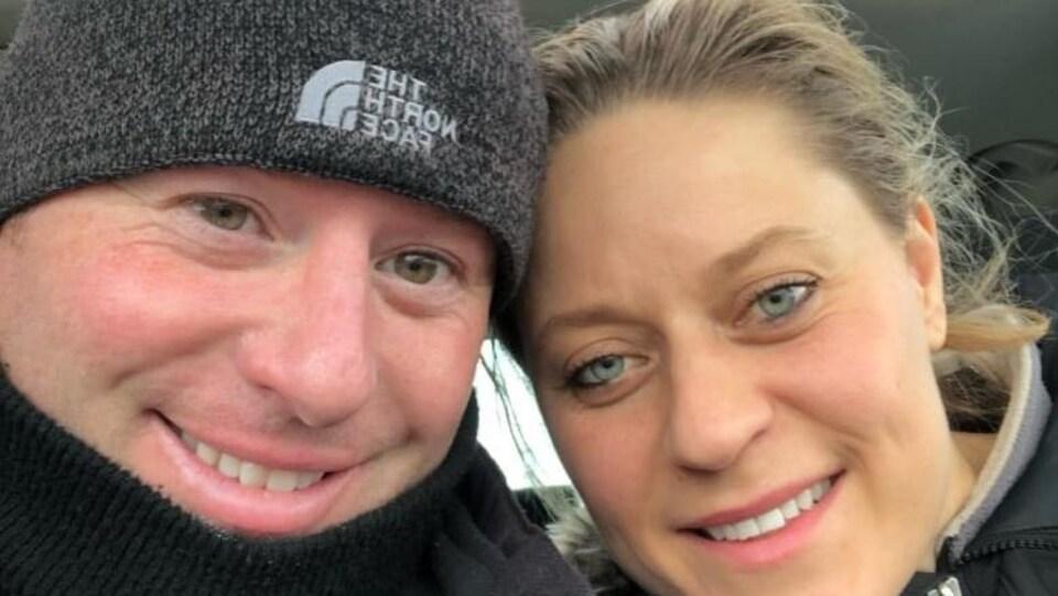 Plan serré des visages de Mark et Lindsay Boychuk.
