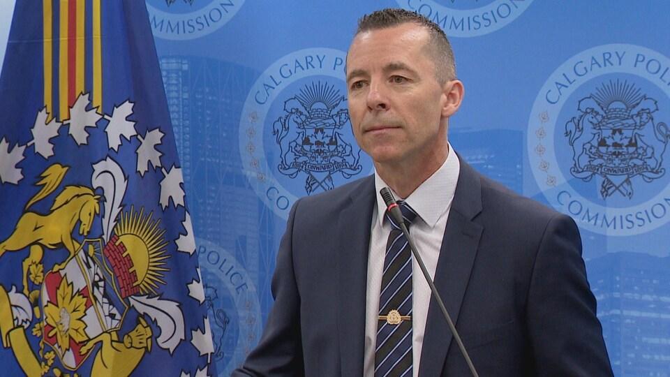Mark Neufeld, chef de la police de Calgary, en conférence de presse à Calgary.