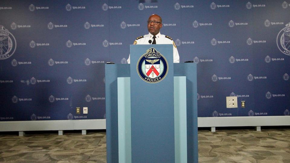 Mark Saunders aux quartiers généraux de la police.