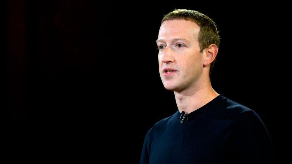 Mark Zuckerberg porte un chandail noir.