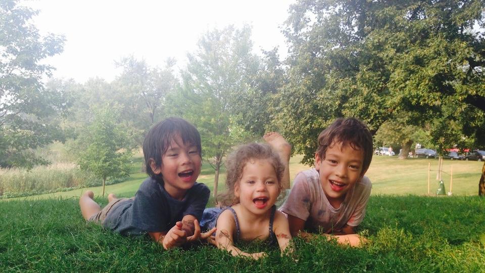 Sur cette photo, les trois enfants de Toni Brem dont la jeune Marlowe, atteinte du syndrome d'Angelman.