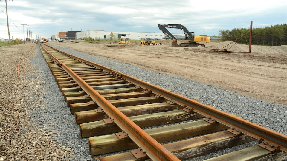 Rail en construction devant l'usine de Matane.