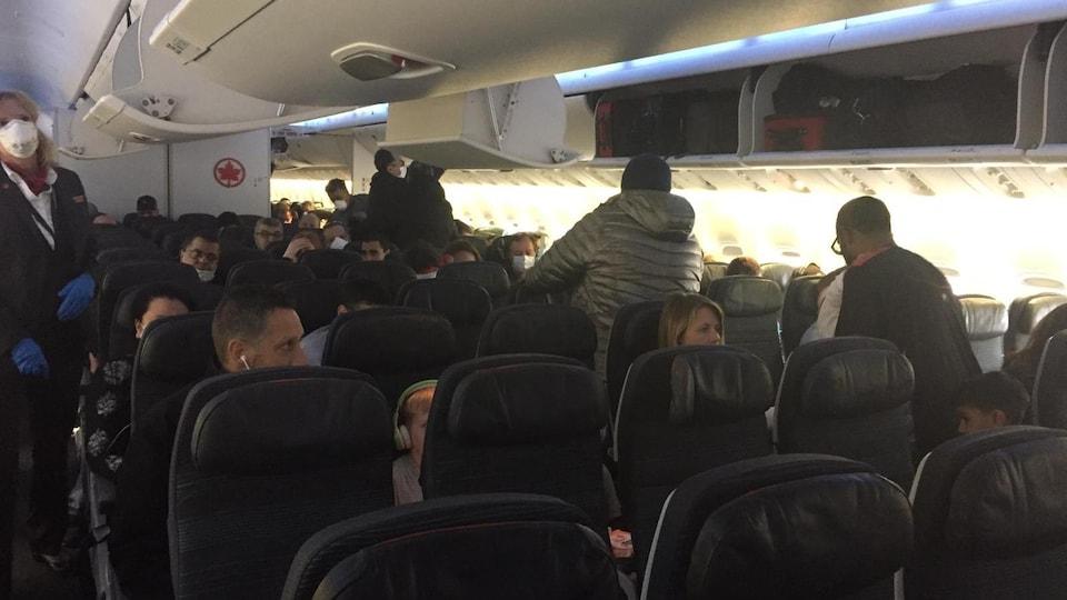 Des passagers à bord du vol d'Air Canada qui ramène des Canadiens du Maroc.