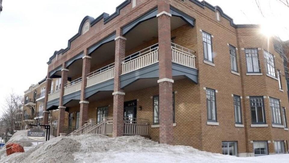 La façade d'une résidence pour aînés en briques située dans le quartier Saint-Sacrement, à Québec