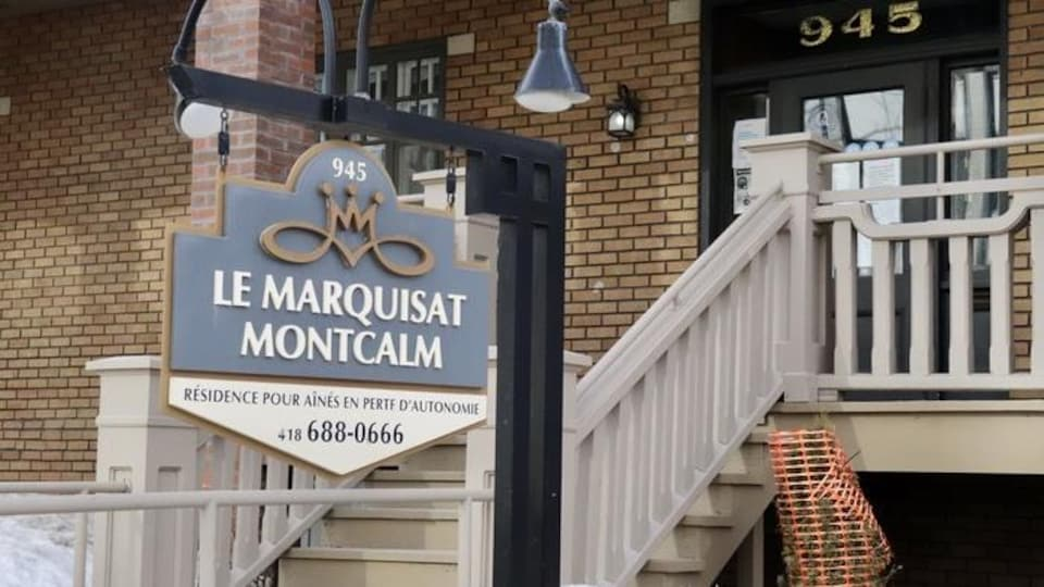La façade en briques brunes du Marquisat Montcalm.