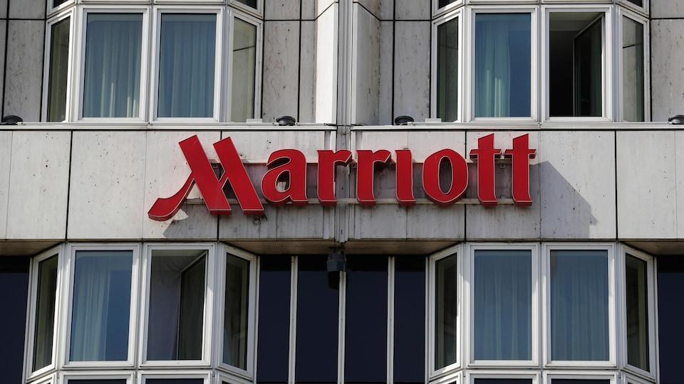 Une photo montrant le logo de Marriott sur la devanture d'un hôtel.