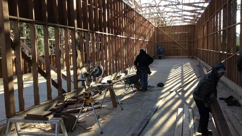 Une grande cage en construction.