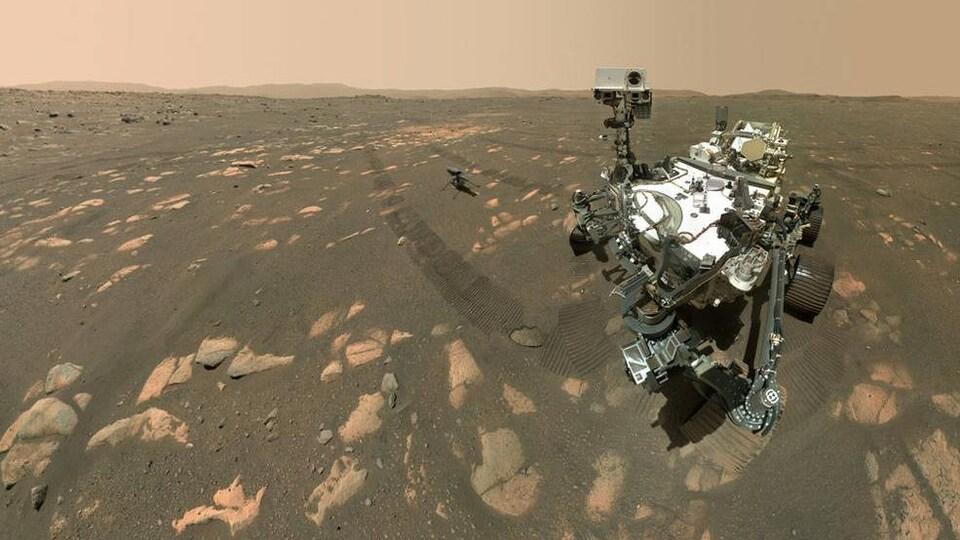 Égoportrait montrant le rover Perseverance et l'hélicoptère Ingenuity à la surface de Mars.