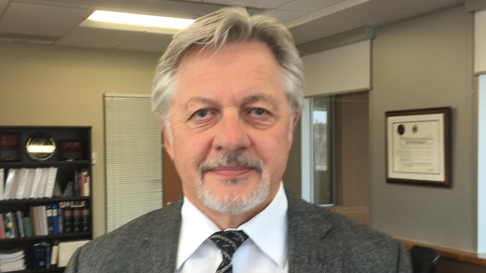 Le juge en chef de la Cour du Banc de la Reine de la Saskatchewan, Martel, Popescul à son bureau.