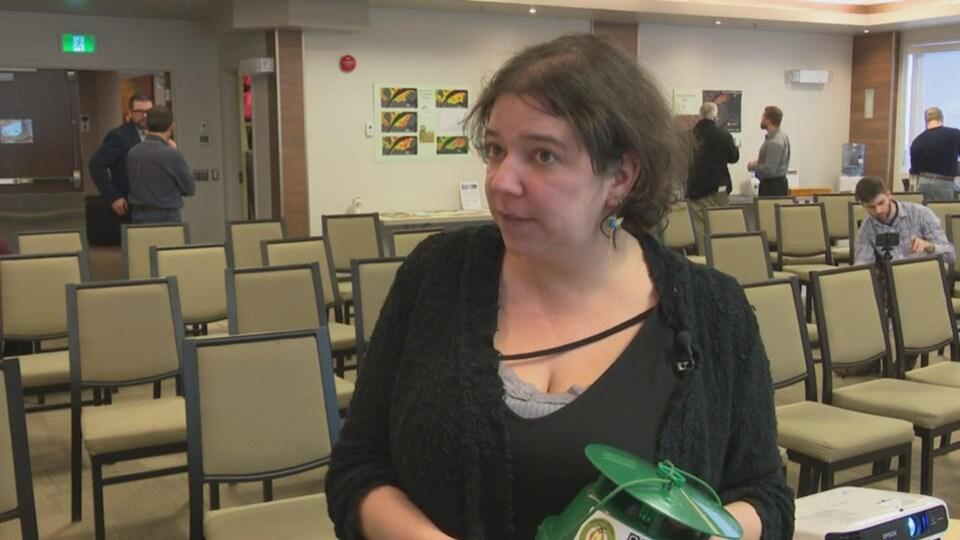 Véronique Martel en entrevue dans une salle de conférence