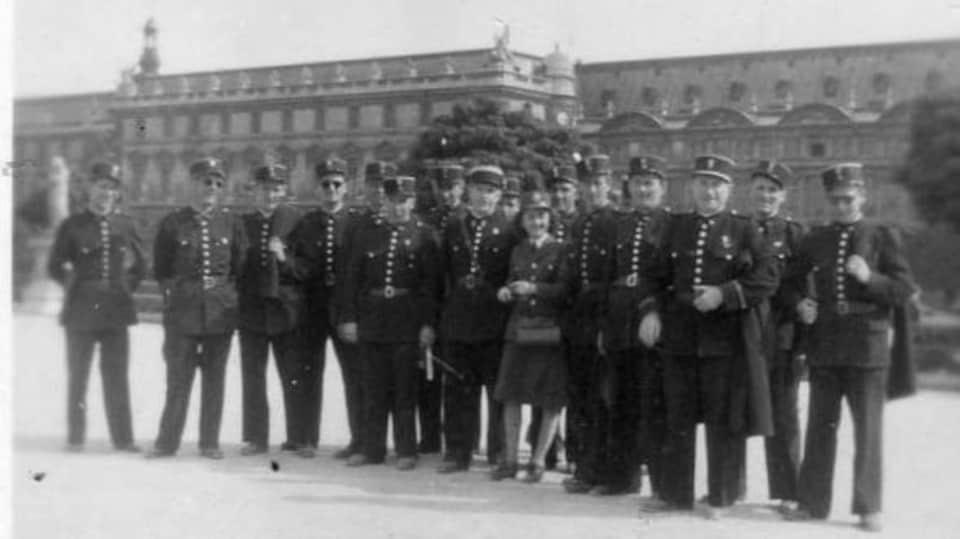 Martha Arsenault est photographiée entourée d'une quinzaine de gendarmes à Paris