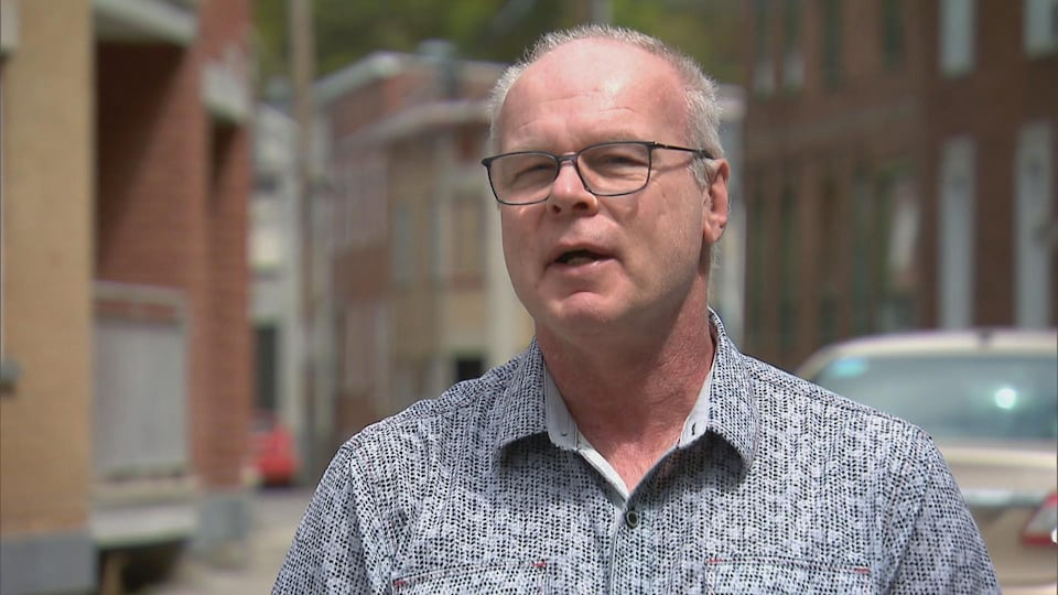 Un homme en entrevue avec Radio-Canada.