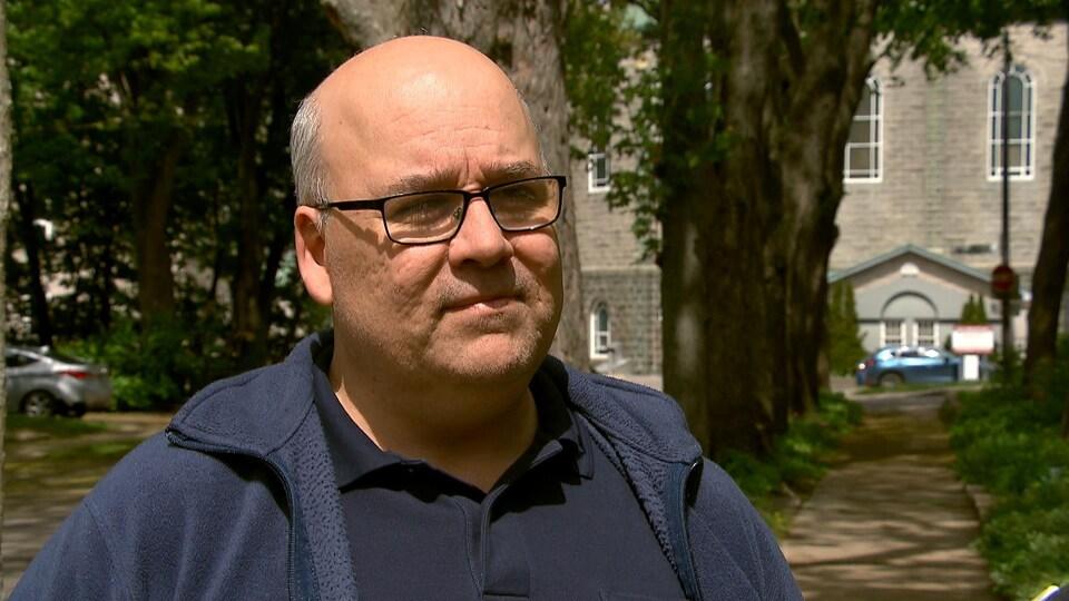 Martin Dubois accorde une entrevue à la journaliste de Radio-Canada Marie Maude Pontbriand.