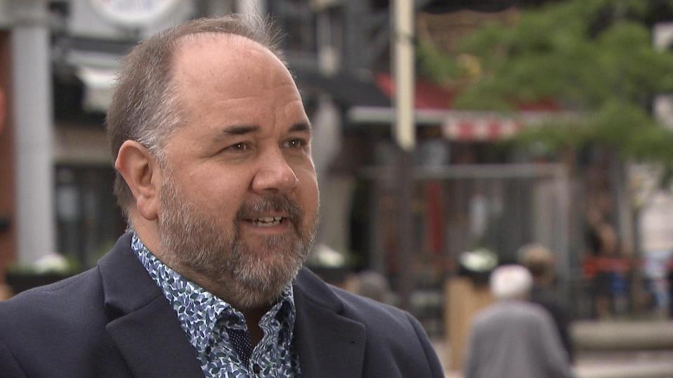 Le visage de Martin Francoeur dehors, durant une entrevue, au centre-ville de Trois-Rivières