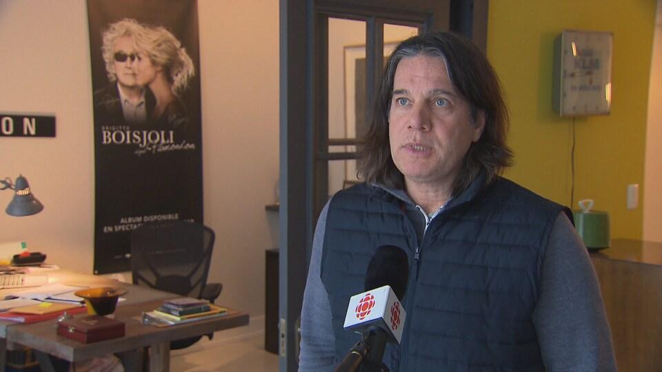 Martin Leclerc parle devant un micro de Radio-Canada.