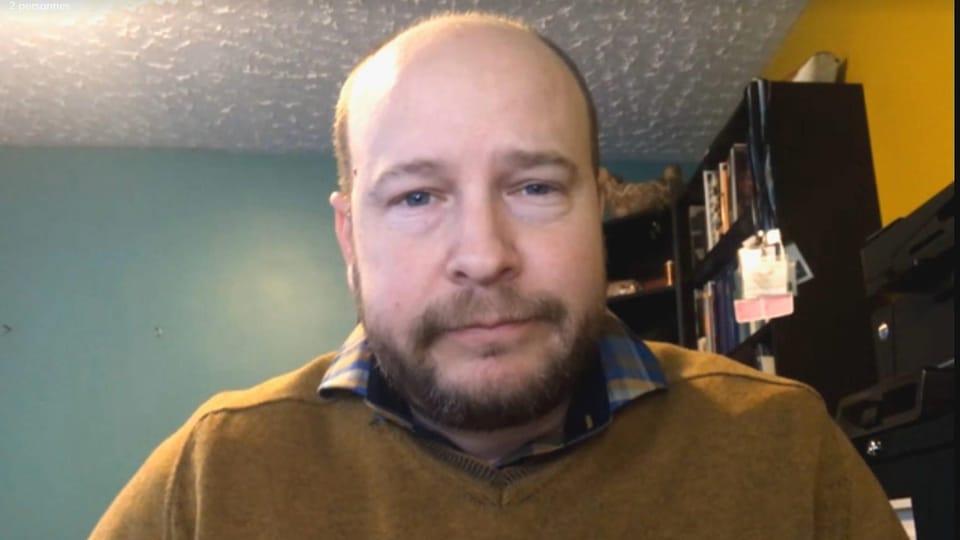 Martin Mallet devant sa webcam.