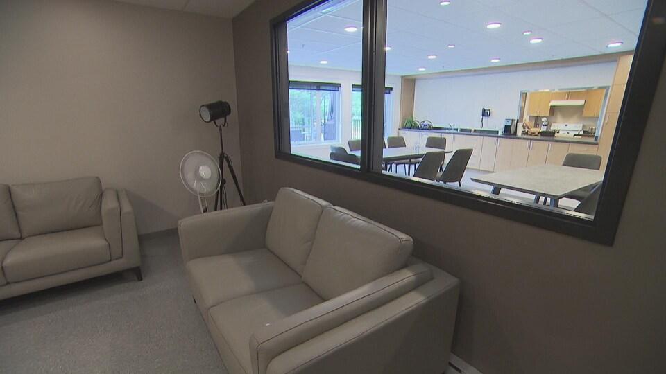 Des divans et des tables dans la cuisine.
