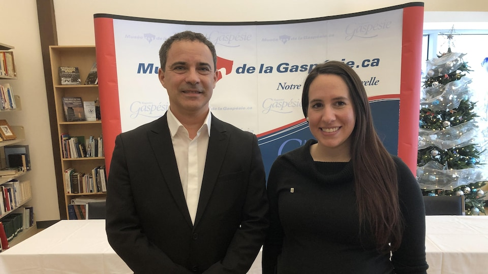 Martin Roussy et Gabrielle Leduc, souriants, se tiennent côte à côte lors d'une conférence de presse au Musée de la Gaspésie, le 12 novembre 2019.