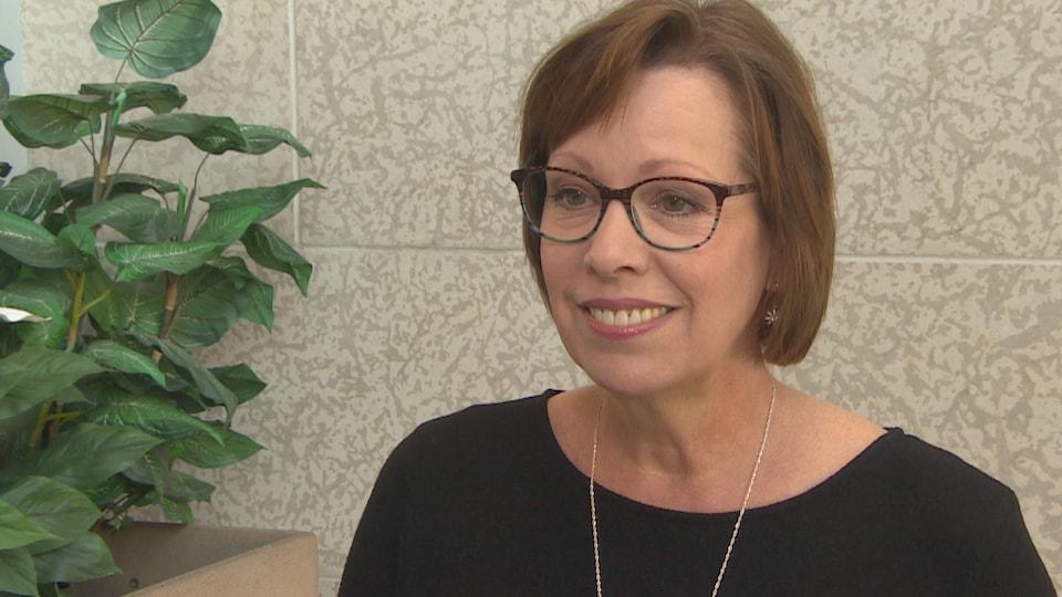 Martine Noël-Maw sourit pendant une entrevue.