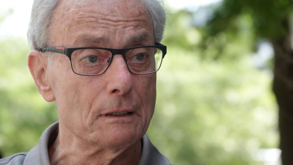 Un homme d'âge mûr répond aux questions de Radio-Canada