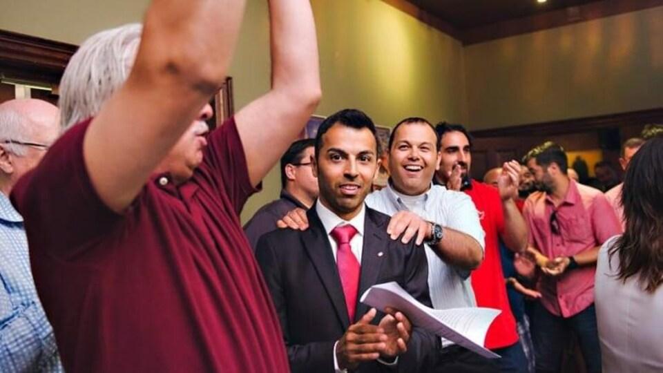 Le député Marwan Tabbara entouré de partisans