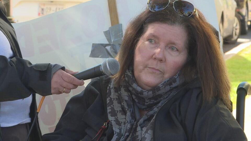 Mary MacDonald, une femme adoptée, en entrevue.