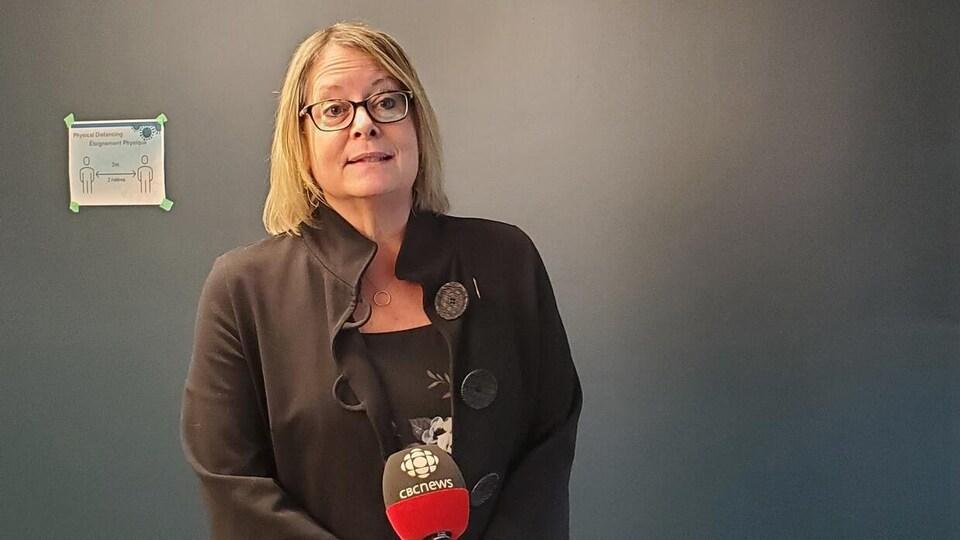 Mary Wilson devant un micro de CBC.