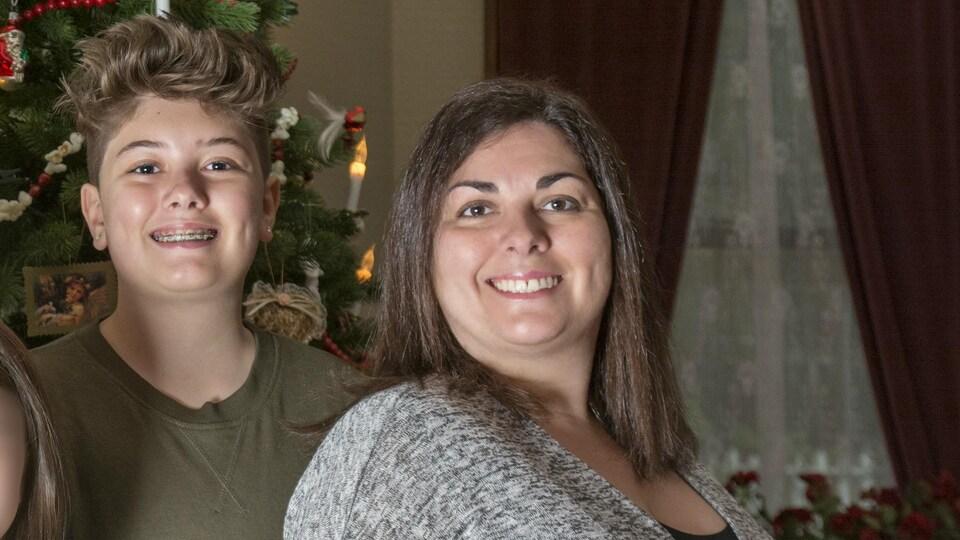Mason, un transgenre de 14 ans de la vallée du Fraser avec sa mère, Lisa, 3 ans après sa transition.