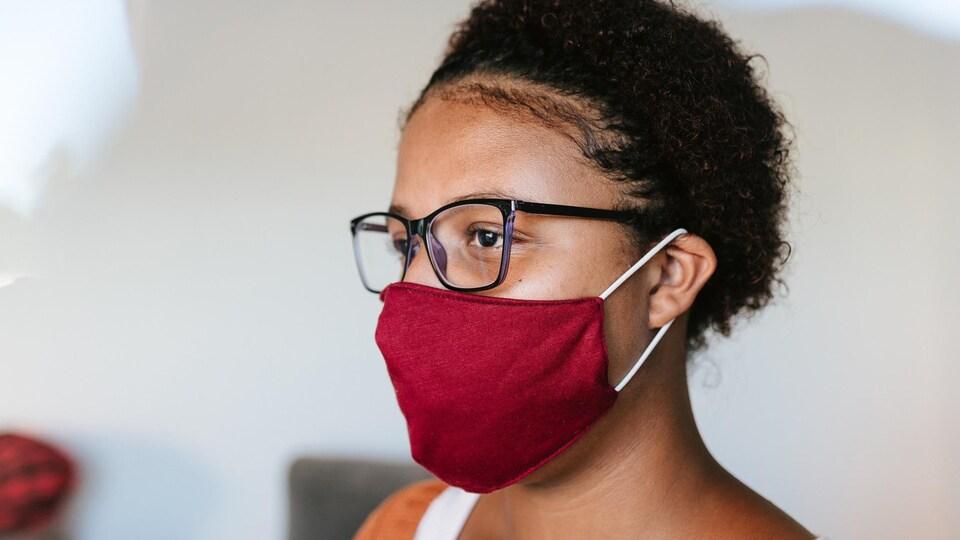 Une femme portant un masque en tissu.