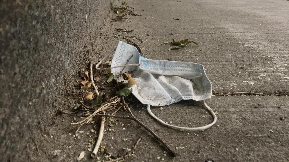 Un masque abandonné dans la rue.
