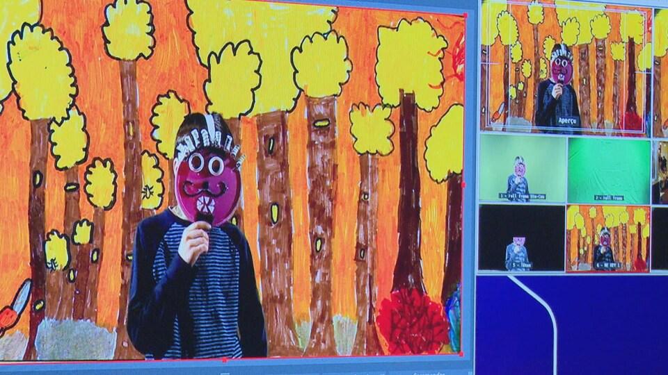 Un jeune devant un décor tient un masque fabriqué avec des matières recyclées.