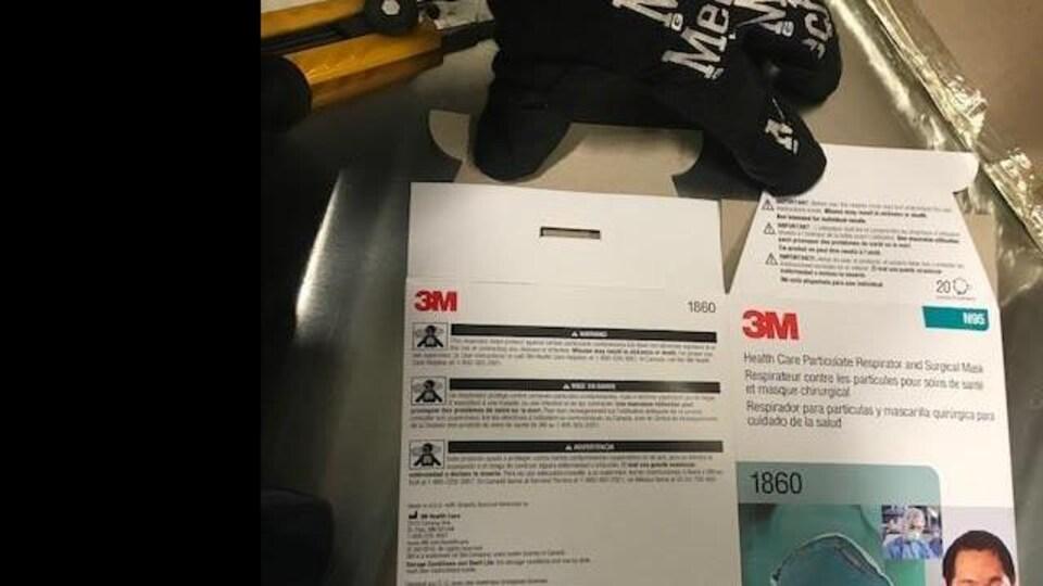 Des masques frauduleux saisis à l'aéroport international Montréal-Trudeau.