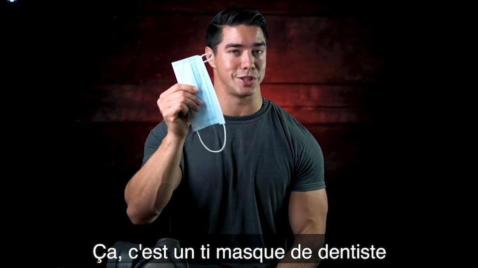 Sur la capture d'écran, on voit Jonathan Noreau brandir un masque chirurgical alors que repose devant lui, sur une table, un masque à gaz militaire. En sous-titres, on peut lire : « Ça, c'est un ti-masque de dentiste. »