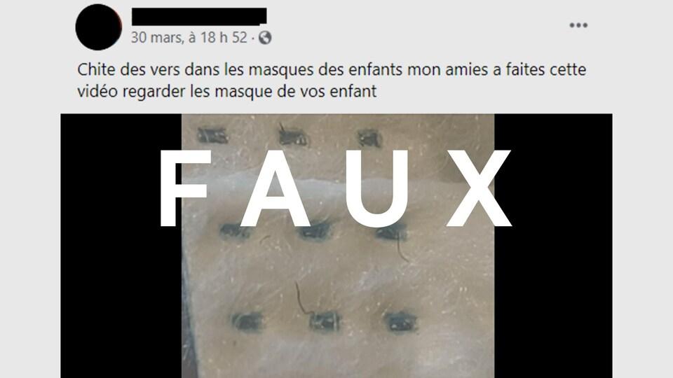 """Capture d'écran d'une publication sur Facebook qui soutient que des vers se logent à la surface des masques distribués aux élèves dans les écoles. Gros plan sur la paroi d'un masque de procédure où apparaît un filament noir. L'inscription """"FAUX"""" est superposée à l'image."""