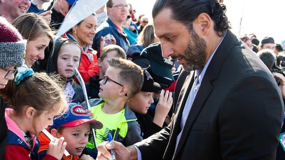Roberto Luongo signe des autographes.