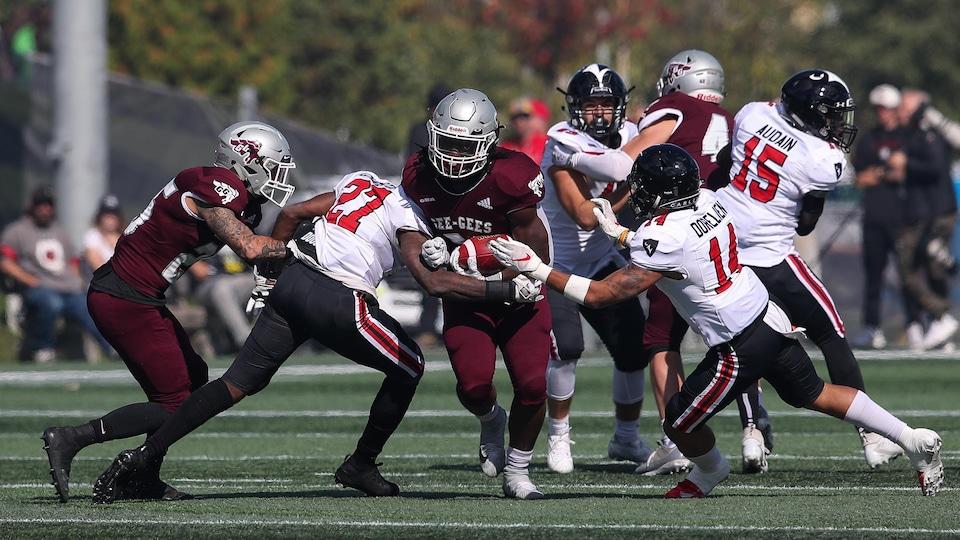 Des joueurs des deux équipes en action sur le terrain.